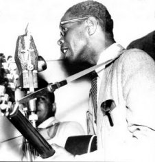 Elmore_James_at_mic