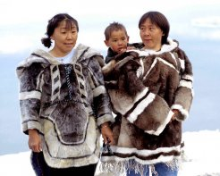 746px_Inuit_Kleidung_1