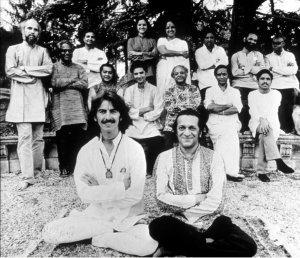 George_Harrison_adn_Pandit_Ravi_Shankar_with_other_Artists_