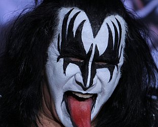THE ROCK AND ROLL HALL OF  . . . (2014): Kiss pokes tongue at honour? No!